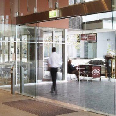 platinum-auto-doors-closing-door-in-restuarant
